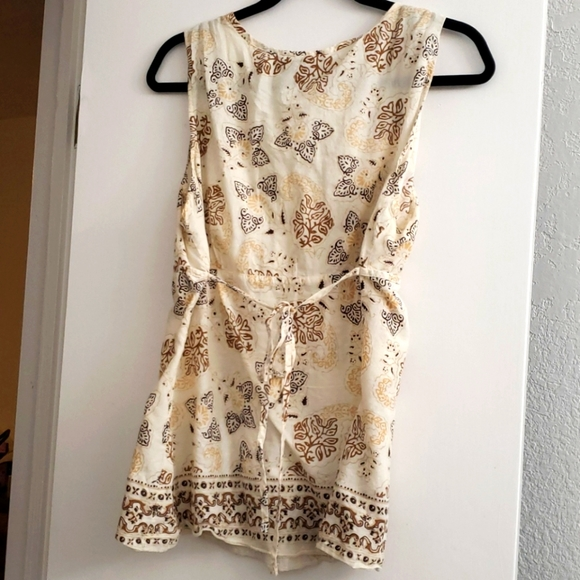 Sleeveless blouse.